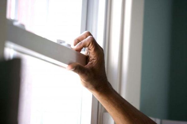 ręka otwiera okno