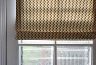 okno z roletami