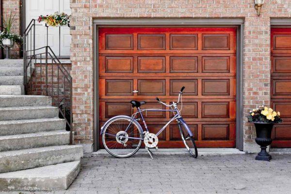 rower przed bramą garażową