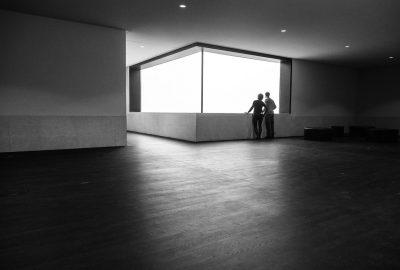 duże okno w dużym pomieszczeniu