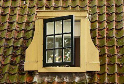niedomknięte okno